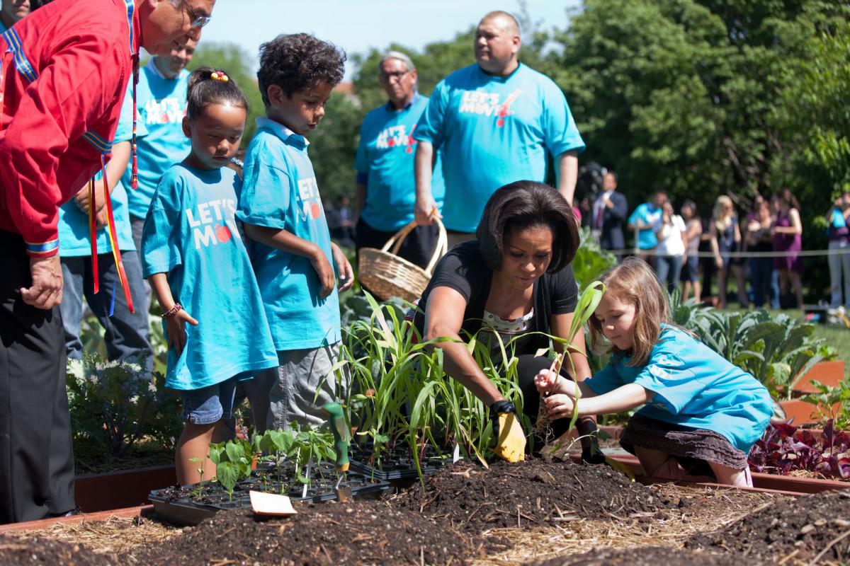 Kitchen Garden Plants First Lady And American Indian Kids Plant White House Kitchen