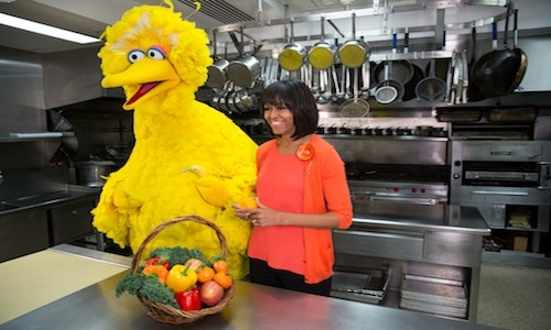 Big Bird joins Michelle Obama in the White House kitchen